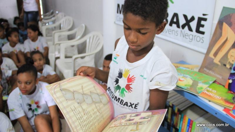 SindSeg prestigia entrega de biblioteca pela Escola Nacional de Seguros a ONG de Salvador